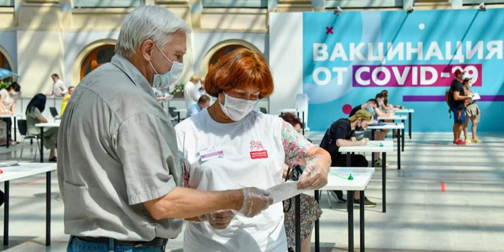 Персональное сопровождение и ответы на вопросы: как помогают москвичам в центрах вакцинации. Фото: mos.ru